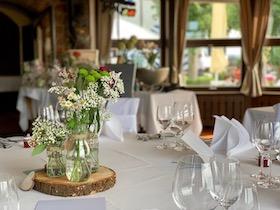 Fertig dekorierte Tische bei einer Hochzeit in Bühl